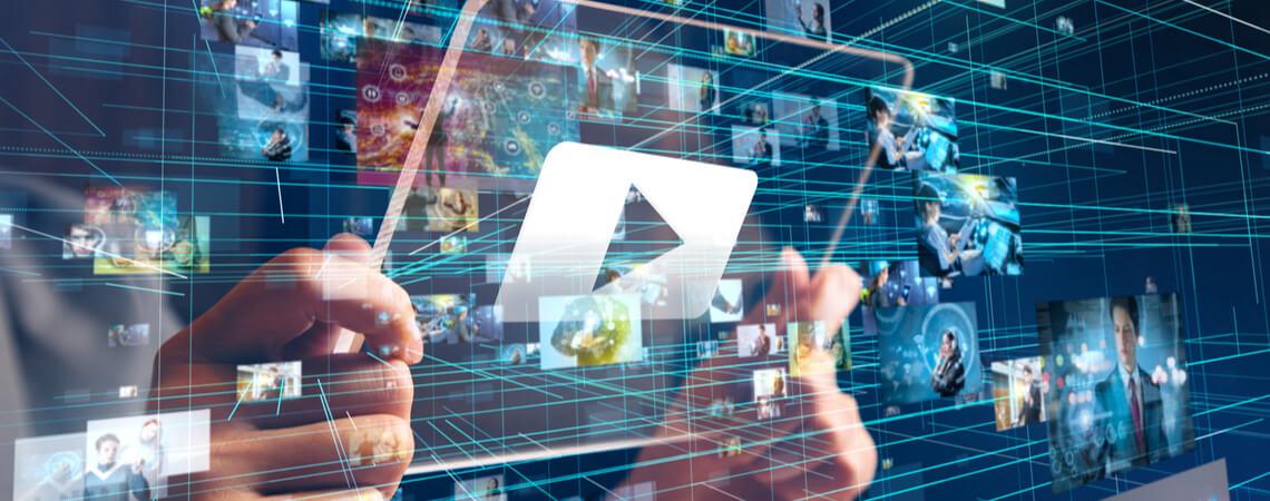 Tablet mit vielen Videos im Umfeld