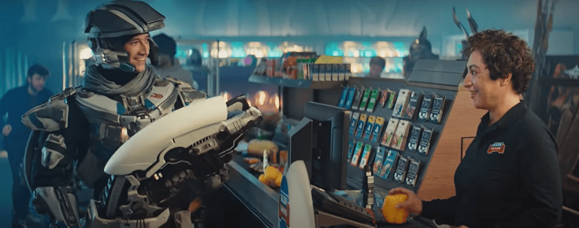 Mann mit Roboterausrüstung an Aldi-Kasse