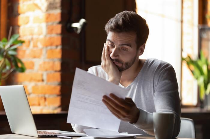 Junger Unternehmer ist verwirrt über Schreiben