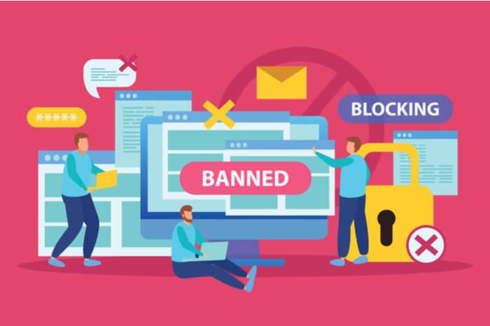 Menschen vor Bildschirmen mit Blocking und Banned