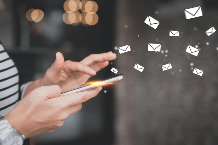 Smartphone mit E-Mail-Symbol