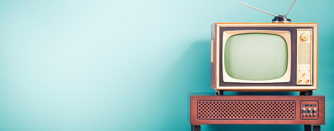 Alter Fernseher auf Hocker