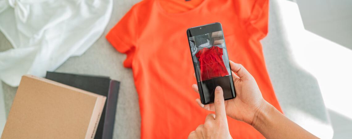 Gebrauchte Kleidung wird fotografiert