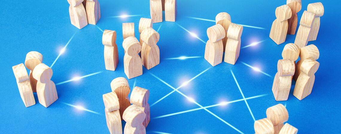 Holzmännchen, die miteinander verbunden sind