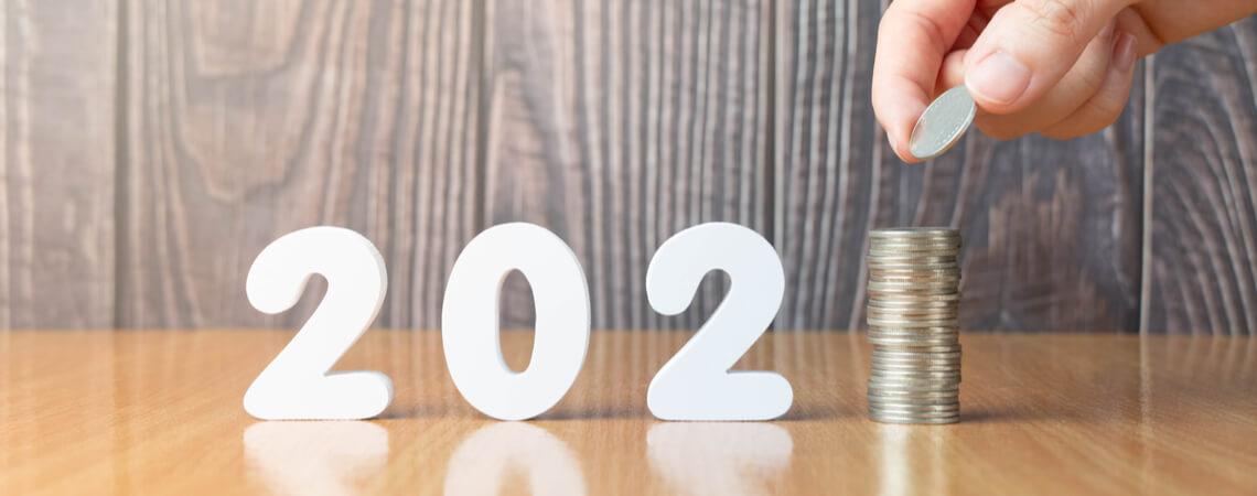 2021 und Münzenstapel