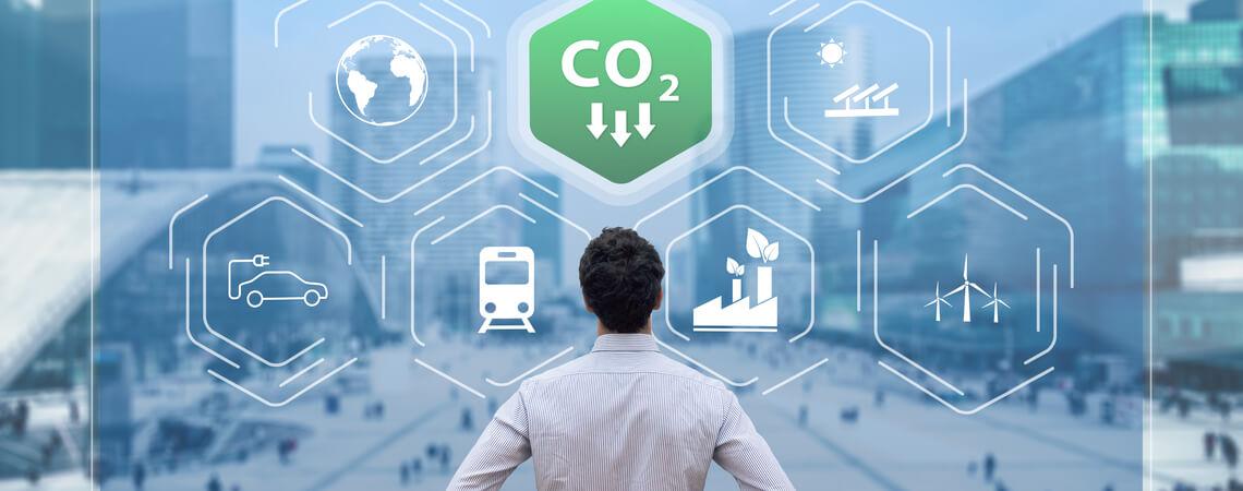Mann vor virtueller Wand mit Umweltsymbolen