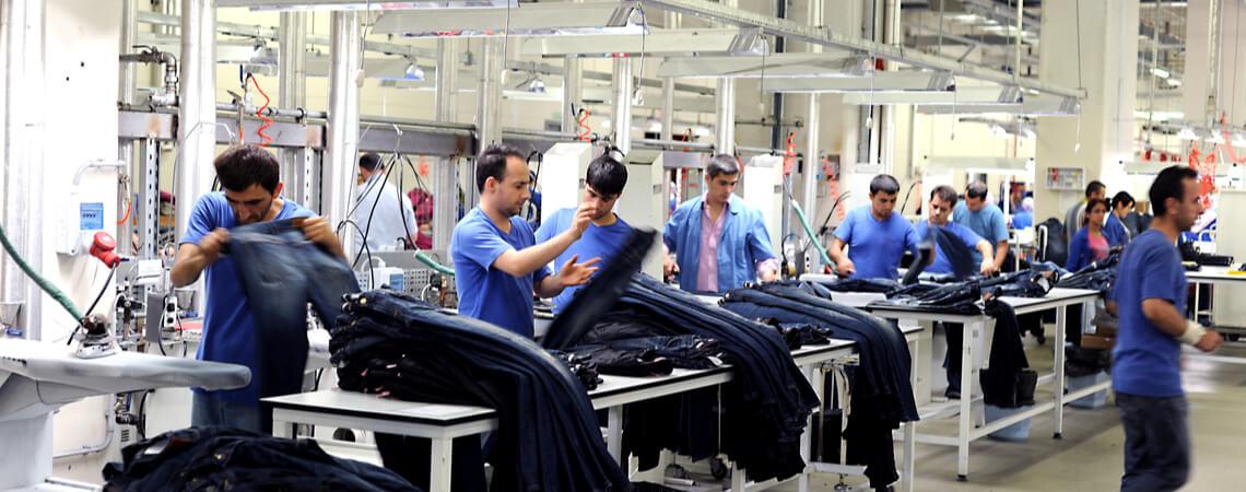 Näher in einer türkischen Textilfabrik