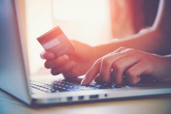 Kunde zahlt online mit Kreditkarte
