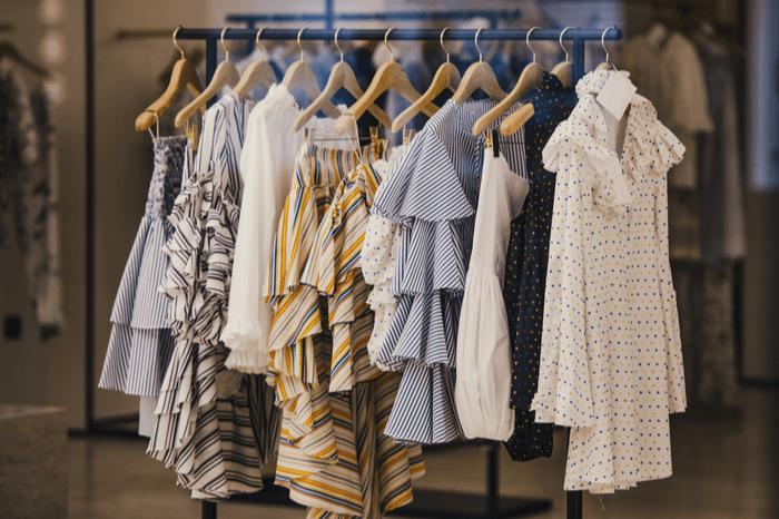 Modische Kleidung in einem Boutique-Laden