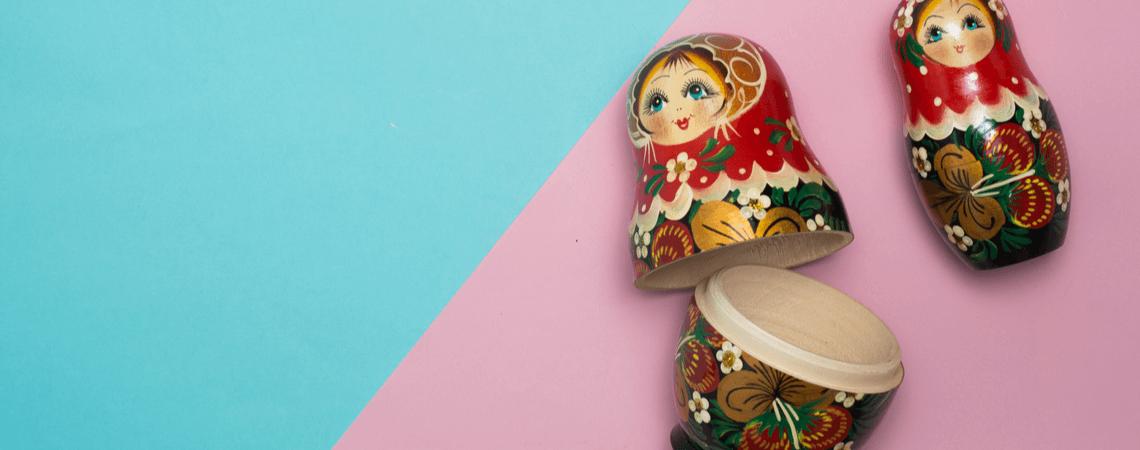 Set von russischen Puppen auf Farbhintergrund