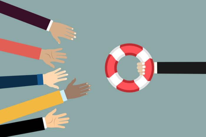 Menschen, die nach einem Rettungsring greifen