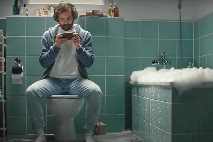 Gamer auf Toilette und Badewanne läuft über