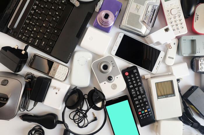 Elektrogeräte auf Tisch