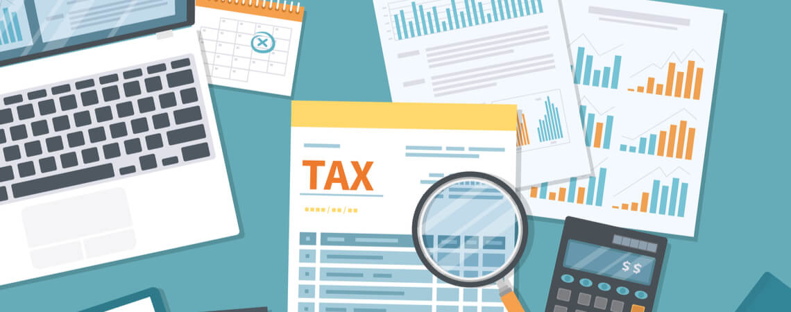 Steuerformular mit Dokumenten und Laptop