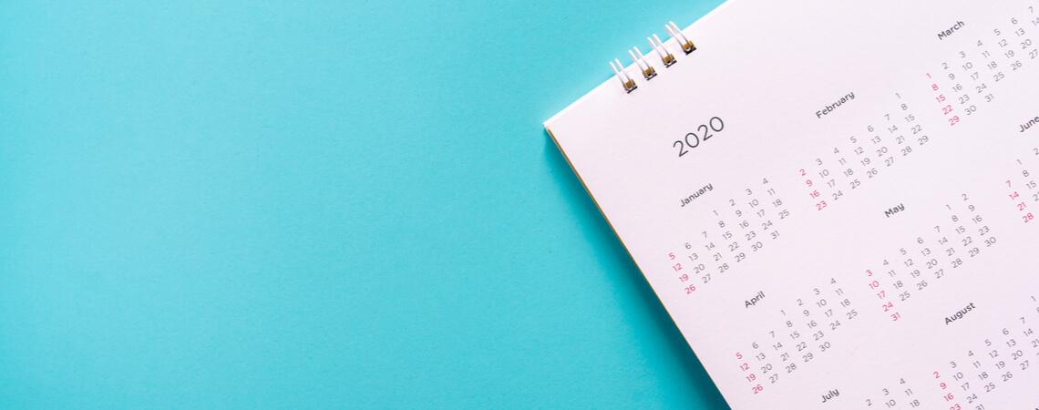 Kalenderblatt auf blauem Hintergrund