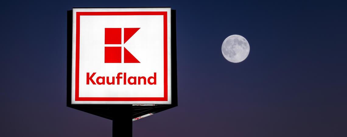 Kaufland stellt Lieferdienst ein: beleuchtetes Kaufland-Schild bei Nacht