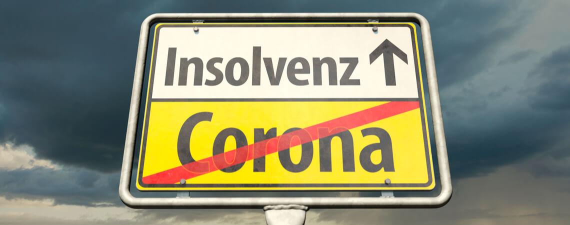 """Ortszeichen mit dem Wort """"Corona"""" und dem deutschen Wort """"Insolvenz"""""""
