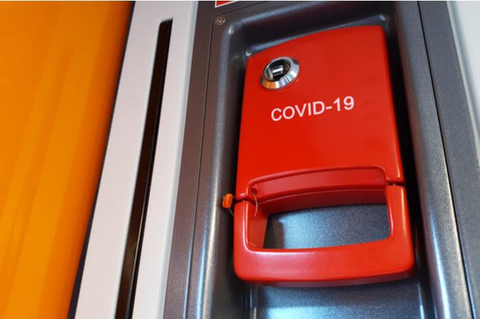 Notbremse mit Covid-19-Aufschrift