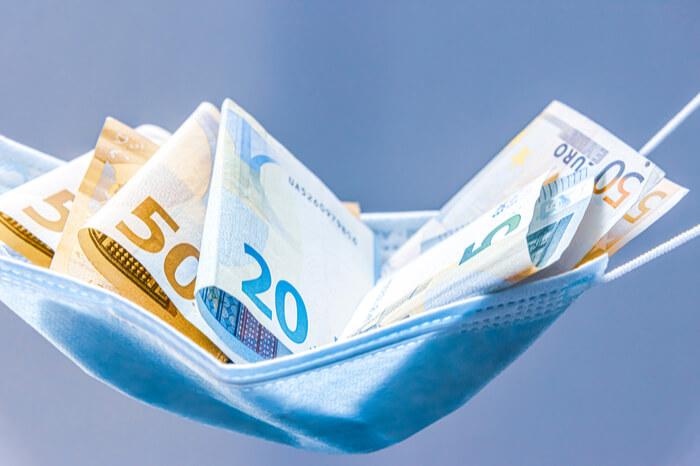 Geldscheine in einer Maske