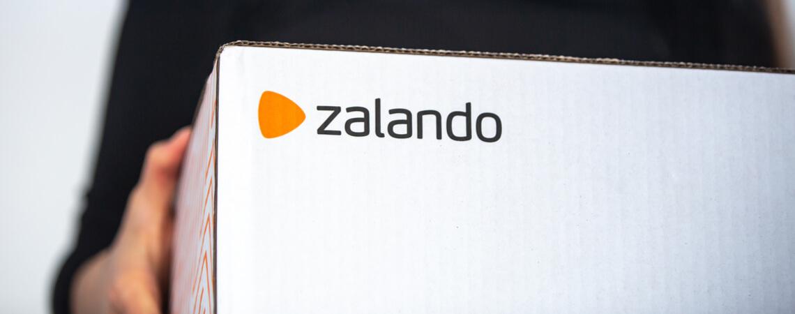 Frau trägt Zalando-Karton