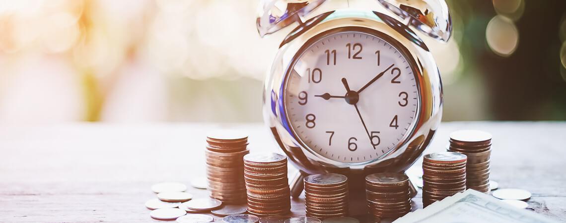 Wecker und Münzen
