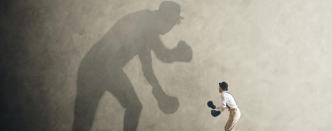 Mann, der mit Schatten kämpft