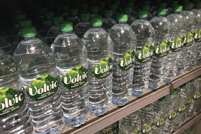 Flaschen mit Volvic-Wasser in Regal