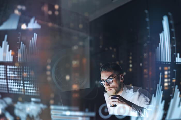 Mann vor Bildschirm