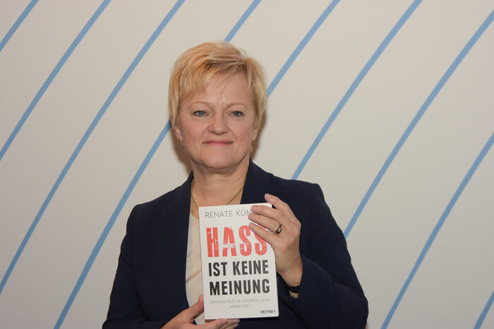 Renate Künast mit Buch