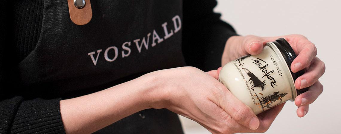 Team von Voswald stellt handgemachte Duftkerzen her