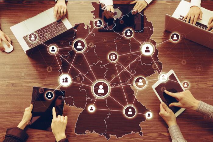 Digitale Nutzer vor Deutschlandkarte