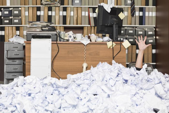 Büro versinkt in Papierberg