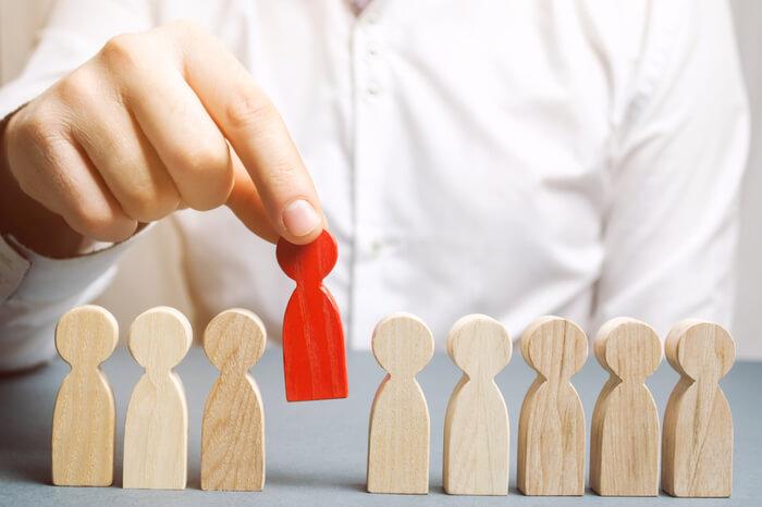 Holzfiguren davon eine rot