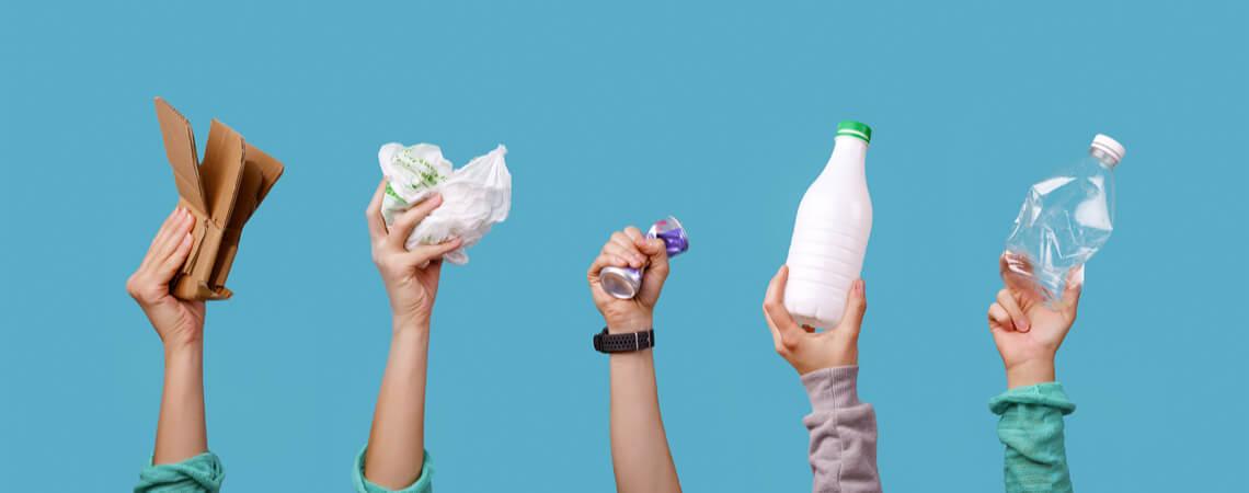 Hände halten Abfall