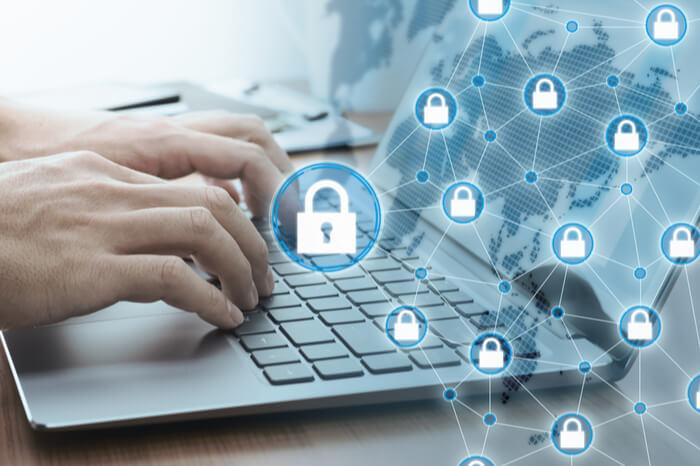 Laptop mit Vorhängeschlössern Datenschutz