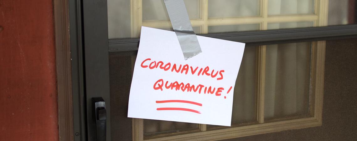 Quarantäne-Zettel an Haustür