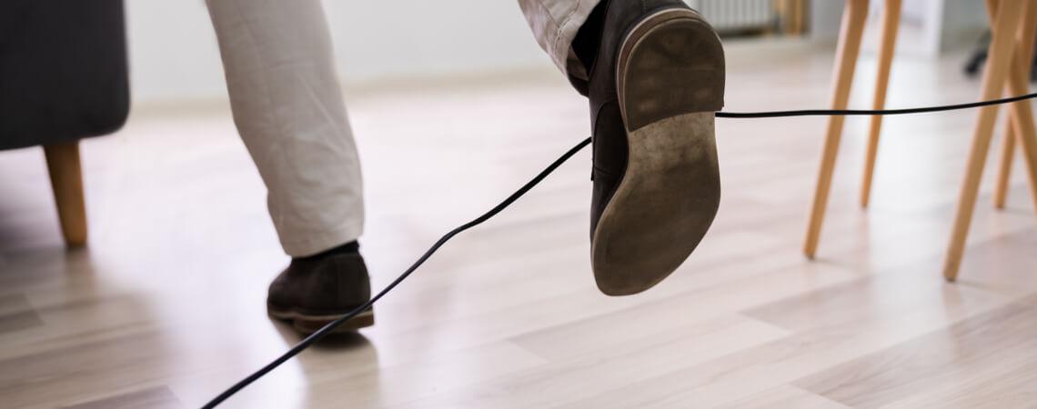 Person fällt über Kabel