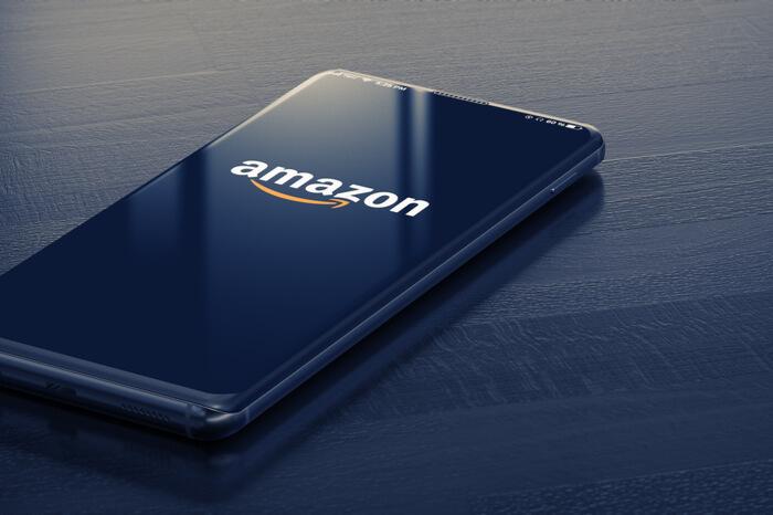 Smartphone mit Amazon-Logo auf dem Display
