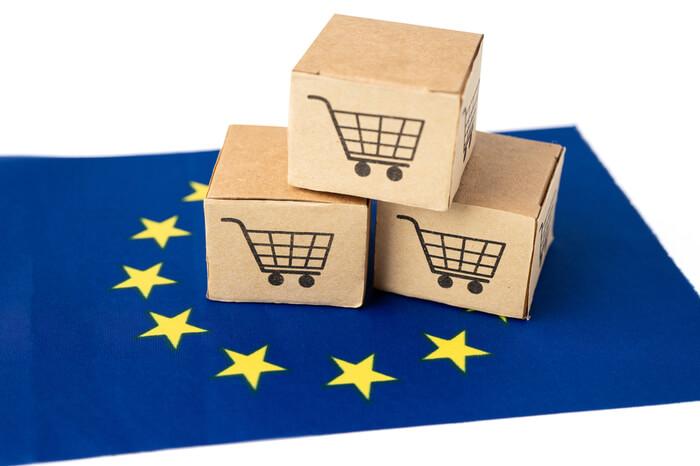 Drei Pakete mit Warenkorb-Logo auf EU-Flagge