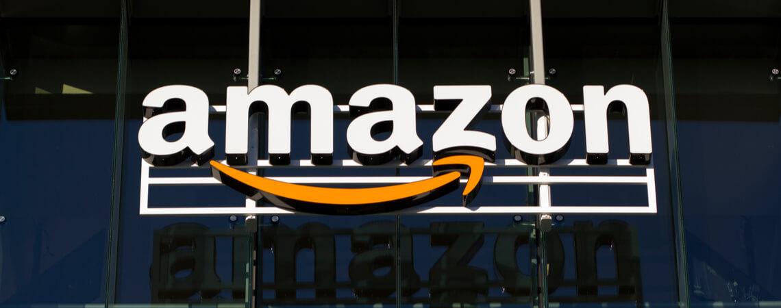 Amazon-Logo auf einem Gebäude