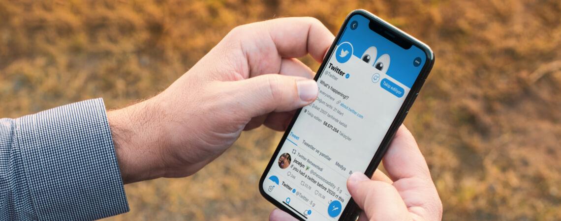 Mann surft bei Twitter