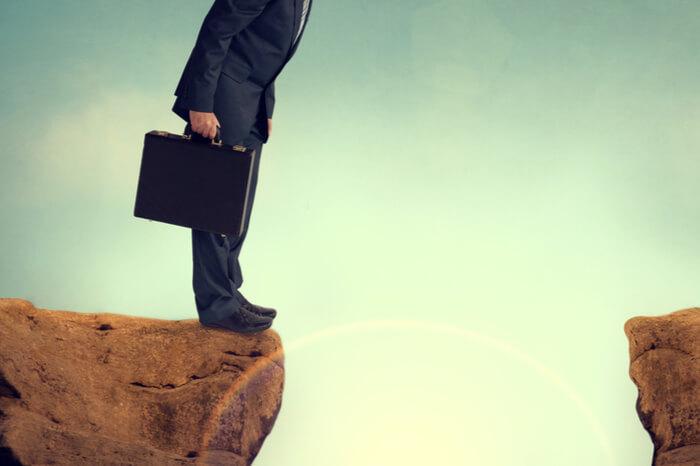 Fehler beim Recruiting: Geschäftsmann vor einem Abgrund