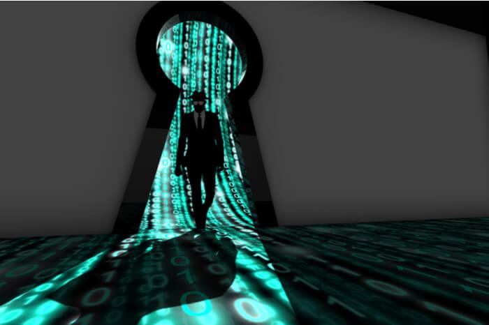 Hacker vor Schlüsselloch