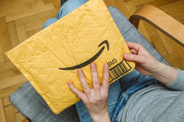 Hände auf Amazon-Umschlag