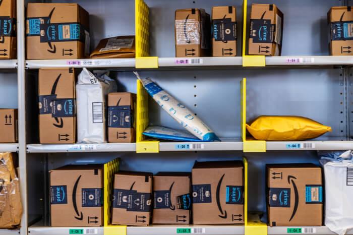 Bewertungsbetrug auf Amazon: Viele Amazon-Pakete in einem Regal