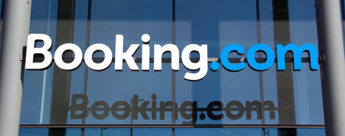 Schriftzug Booking.com an einem Gebäude