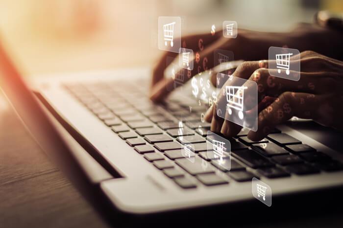 Digitalsteuer: Hände an Tastatur mit Zahlungssymbolen