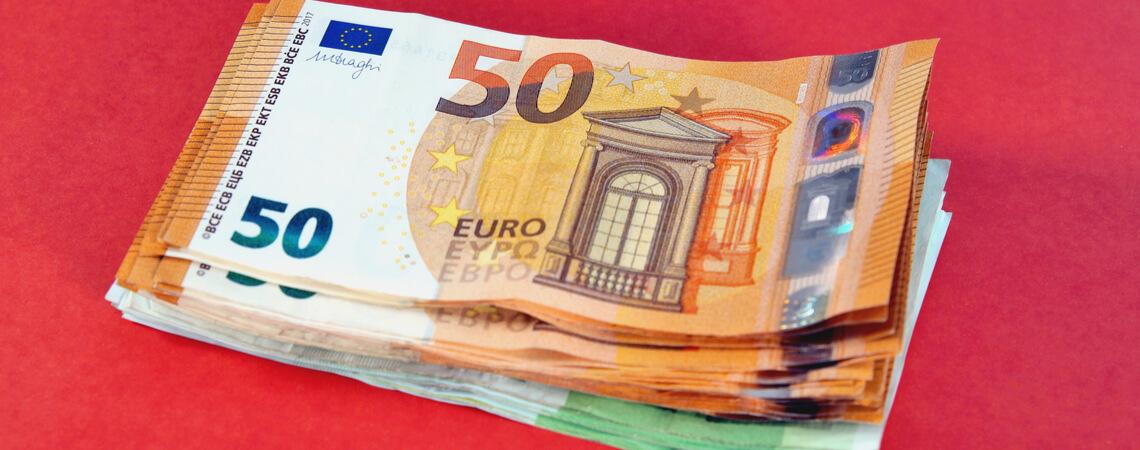 Gestapelte 50-Euro- und 100-Euro-Scheine