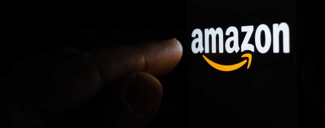 Amazon-Logo mit einer Hand