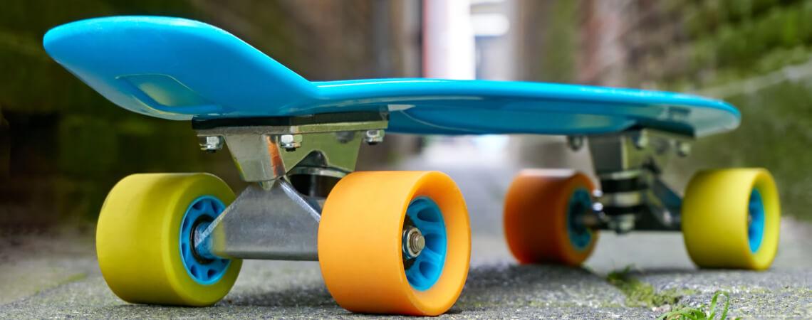Spielzeug-Skateboard auf Straße